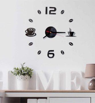 colocar un reloj adhesivo de pared