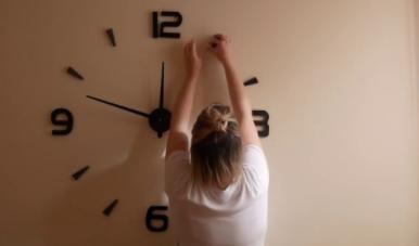 como se coloca un reloj de pared adhesivo? instalar un reloj de pared adhesivo paso a paso